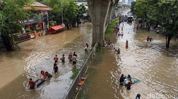 Jalan Tendean, Mampang Prapatan, Jakarta Selatan, terendam banjir. Lalu lintas di lokasi ditutup dan dialihkan.