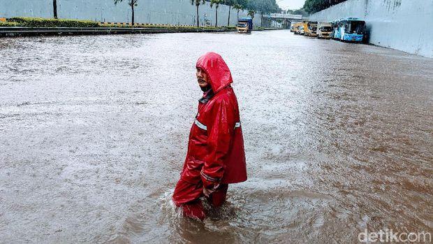 Banjir di tol jorr TB Simatupang, tepatnya di KM 25,200 atau di perempatan Trakindo, Sabtu (20/2/2021).