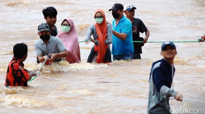 Banjir tak kunjung surut, warga Perumahan Bumi Nasio Indah, Bekasi, pun mulai dievakuasi. Proses evakuasi menggunakan tali tambang.