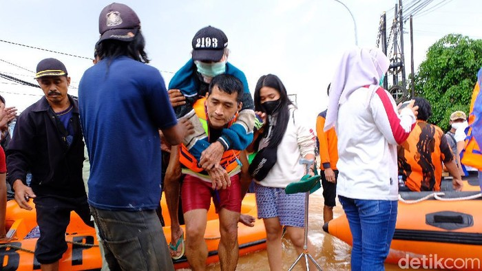 Banjir merendam Perumahan Bumi Nasio Indah Bekasi, Sabtu (20/2/2021). Warga pun mulai dievakuasi.