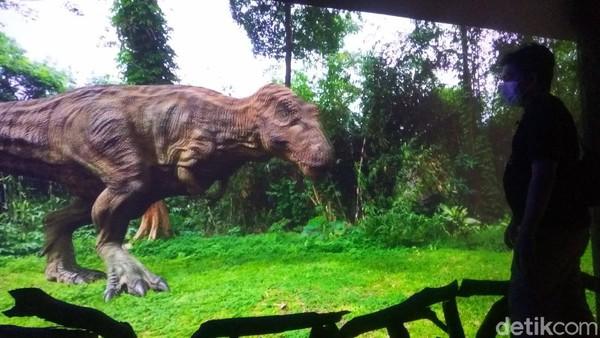 Untuk bisa mencoba atraksi memberi makan dinosaurus secara virtual, pengunjung bakal masuk ke satu ruangan dengan tempelan ornamen zaman purba di pintunya. Di situlah operator akan mengarahkan pengunjung bergaya, seakan-akan melemparkan makanan pada seekor dinosaurus. (Whisnu Pradana/detikTravel)