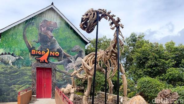 Wahana itu merupakan wahana virtual entertainment pertama yang ada di Indonesia. Begitu masuk ke dalam, traveler akan dibawa menjelajahi ruangan berlayar besar yang menampilkan dinosaurus t-rex sedang mencari mangsa. (Whisnu Pradana/detikTravel)