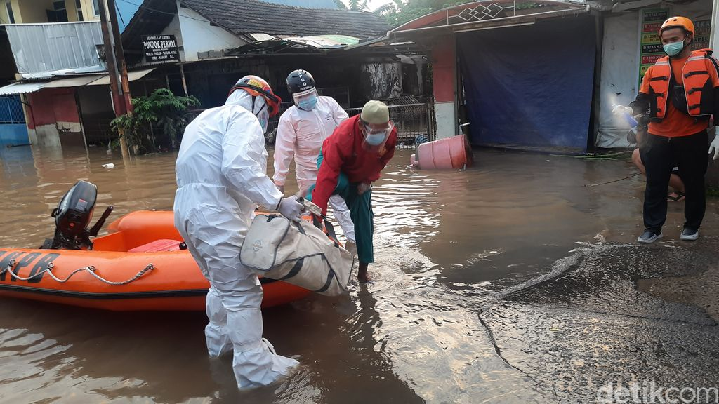 Detik-detik Evakuasi Pasien Isolasi Mandiri COVID Korban Banjir Bekasi. (Rahmat Fathan/detikcom)