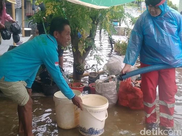 Droping air bersih untuk warga terdampak banjir di Kota Pekalongan, Sabtu (20/2/2021).