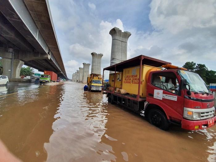 Genangan air di KM 19 Tol Jakarta-Cikampek. Foto dikirim oleh Humas Jasa Marga, Faiza