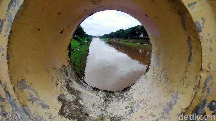 Sejumlah sungai meluap dan mengakibatkan banjir di beberapa wilayah di Jakarta. Namun kondisi berbeda terlihat di BKT yang debit airnya masih terpantau normal.