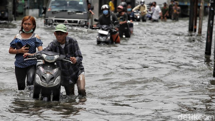 Banjir juga merendam Jalan Kapuk Raya, Penjaringan, Jakarta Utara, Sabtu (20/2/2021). Jalan alternatif menuju Cengkareng dan Kamal Muara itu pun lumpuh.