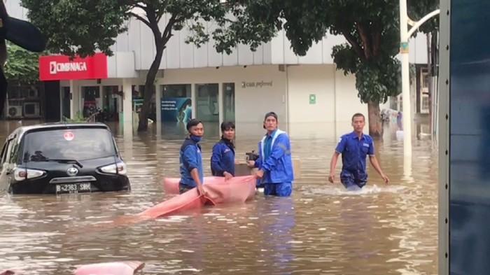 Jalan Kemang Raya Masih Banjir 1,5 Meter
