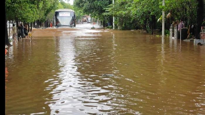 Jalan TB Simatupang, di depan Kementan Banjir, kendaraan pribadi tidak bisa melintas.