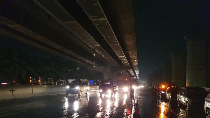 Jalan Tol Jakarta-Cikampek Km 19 Arah Jakarta. Update 19.30 WIB, Sabtu (20/2/2021)