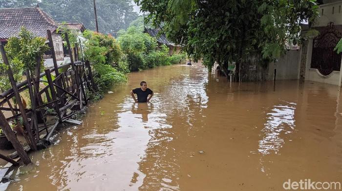 Banjir merendam Kompleks Deplu, Jakarta Selatan, Sabtu (20/2/2021). Banjir akibat meluapnya Kali pesanggrahan.