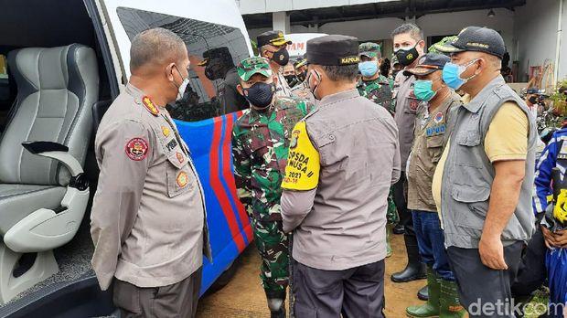 Kapolda Metro Jaya Irjen Fadil Imran dan Pangdam Jaya Mayjen TNI Dudung Abdurachman meninjau kondisi banjir di Perumahan Pondok Gede Permai (Rahmat Fathan/detikcom)