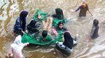 Keceriaan Anak-anak Bermain Banjir di Jalan Tendean