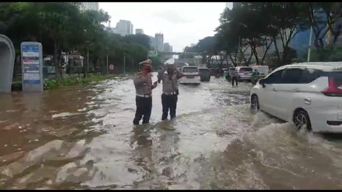 Kondisi genangan air di Jl Sudirman pukul 16.30 WIB, Sabtu (20/2). Video dikirimkan oleh Kasubdit Gakkum Ditlantas Polda Metro Jaya AKBP Fahri Siregar.