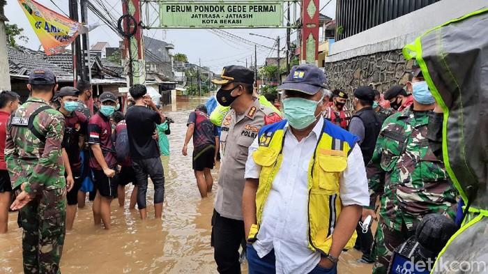 Menteri PUPR Basuki Hadimuljono meninjau kondisi banjir di Perumahan Pondok Gede Permai (Rahmat Fathan/detikcom)
