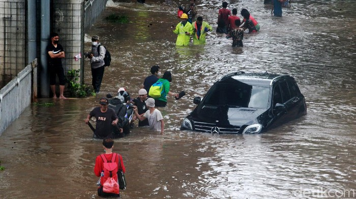 Banjir merendam Jalan Tendean, Mampang, Jakarta Selatan, Sabtu (20/2/2021) siang. Warga pun mengandalkan ojek gerobak untuk menyeberangi banjir di jalan tersebut.