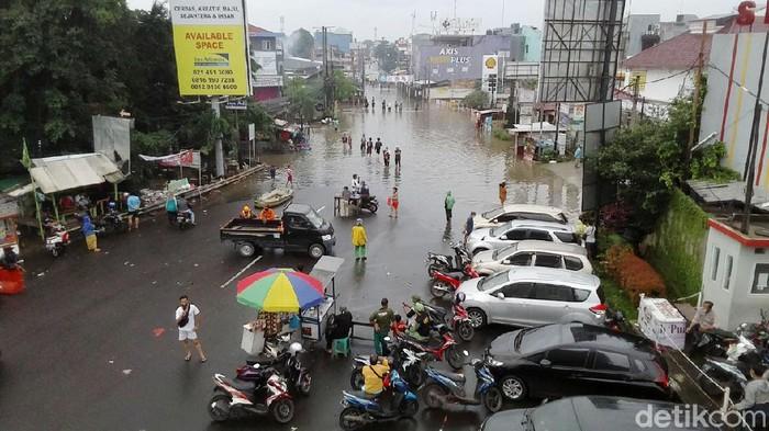 Banjir merendam kawasan Perumahan Jatibening Permai sejak Jumat (19/2/2021) kemarin. Hingga kini banjir belum juga surut.