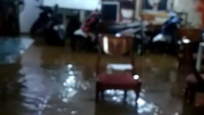 Penampakan banjir rendam rumah Wanita Emas. Foto berasal dari tangkapan layar video yang dibagikan oleh narasumber Hasnaeni Moei atau Wanita Emas.