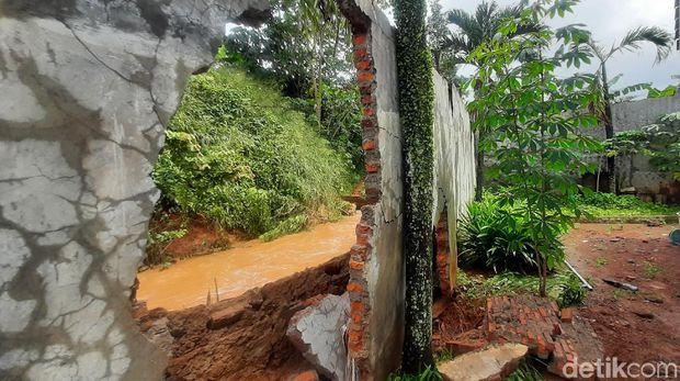 Perumahan Puri Gading Bekasi sempat kebanjiran hingga 1 meter. Banjir diduga akibat ada tanggul yang jebol di klaster perumahan Alam Raya Satu. (Yogi Ernes/detikcom)