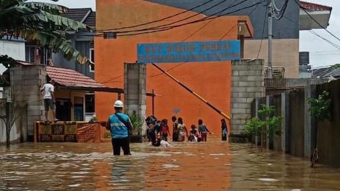 Petugas PLN turun lapangan di tengah banjir
