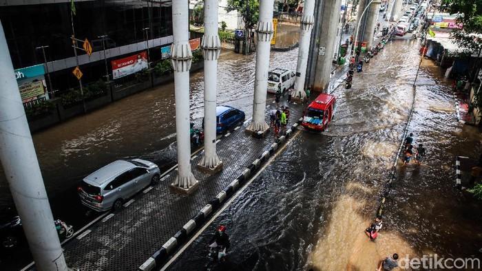 Banjir merendam Jalan Ciledug Raya tepatnya di depan Pasar Cipulir, Jakarta Selatan, Sabtu (20/2/2021. Banjir itu menimbulkan kemacetan panjang.