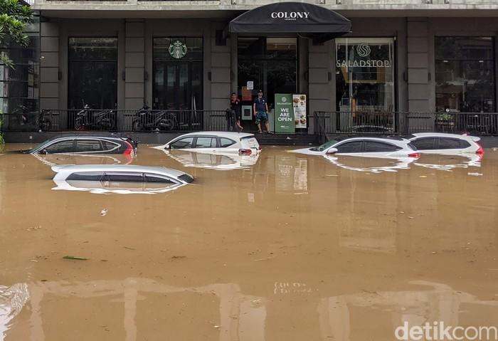 Wilayah Kemang, Jakarta Selatan, ikut terdampak banjir, Sabtu (20/2/2021). Puluhan mobil yang tak sempat dievakuasi pemiliknya pun ikut terendam banjir.