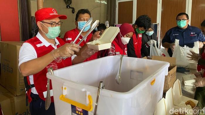 Sekjen PMI Sudirman Said Tinjau Dapur Umum untuk Korban Banjir di Jakarta Timur
