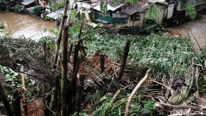 Tanah longsot terjadi di Jalan Bhakti, Kelurahan Cilandak Timur, Kecamatan Pasar Minggu, Jakarta Selatan, Sabtu (20/2). Longsor membuat satu pohon bambu tumbang akibat tidak kuat menahan air yang berdampak kepada pemukiman di sekitar.