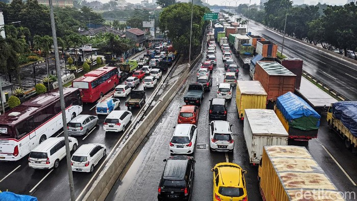 Banjir merendam ruas tol JORR di TB Simatupang, Jakarta Selatan, Sabtu (20/2/2021). Arus lalulintas pun macet akibat banjir tersebut.