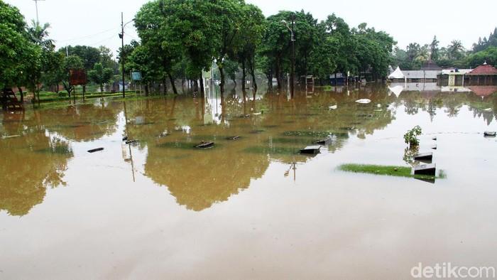 Ratusan makam di Tempat Pemakaman Umum (TPU) Jeruk Purut, Jakarta Selatan terendam banjir, Sabtu (20/2). Area pemakaman unit Islam terendam sejak dini hari setelah semalam diguyur hujan