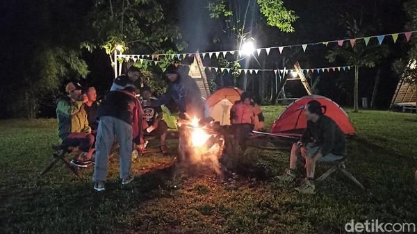 Bora Bora Camp Day dilengkapi dengan 6 gazebo, 1 musholla, 1 toilet umum, Bora Bora Cafe, dan lapangan luas untuk pengunjung yang ingin menikmati malam dengan kemping. Di tempat ini juga, menyewakan tenda camping satu set lengkap. (Muhammad Riyas/detikTravel)