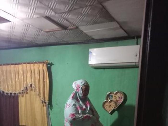 Viral di Twitter, seorang ibu yang sholat tahajud ketika banjir di atas kasur.