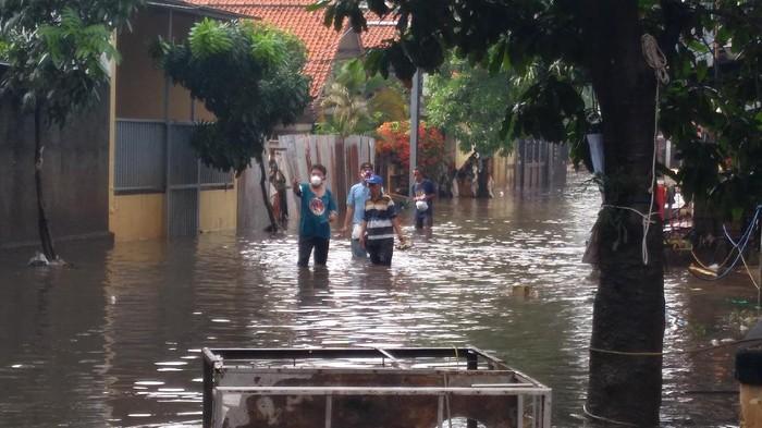 Jl Pondok Karya, Mampang Prapatan, Jaksel, masih banjir pagi ini, MInggu (21/2/2021).