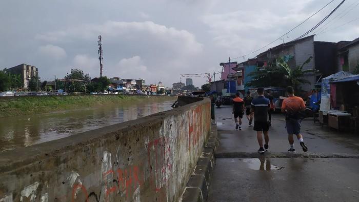 Jl Inspeksi Kampung Pulo, Jaktim, tidak banjir,Minggu (21/2/2021).