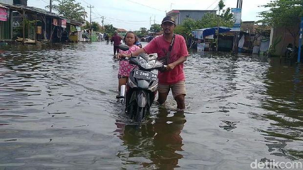 Banjir di Panjang Wetan, Kota Pekalongan, Minggu (21/2/2021).