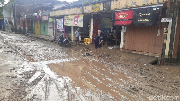 Banjir surut, lumpur berserakan di Pondok Gede Permai, Bekasi (Afzal/detikcom)