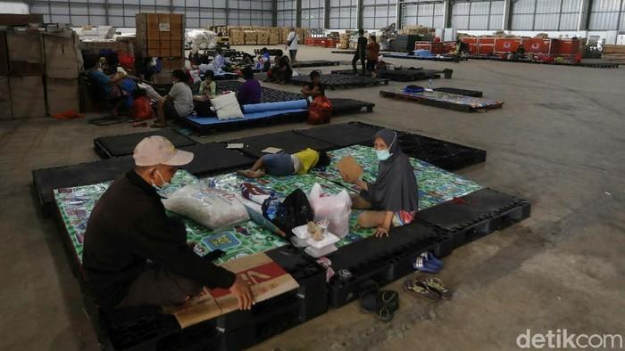 Meski banjir di Perumahan Pondok Gede Permai Bekasi telah surut, sejumlah warga masih bertahan di pengungsian. Mereka yang bertahan di pengungsian kebanyakan Lansia.