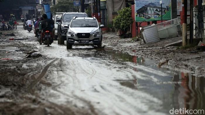 Banjir yang merendam Perumahan Pondok Gede Permai (PGP), Jati Asih, Kota, Bekasi, telah surut, Minggu (21/2). Kini kawasan perumahan tersebut dipenuhi lumpur.