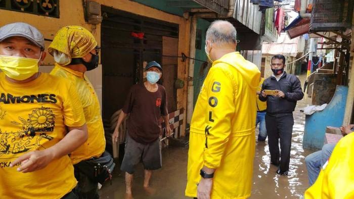 Ketua DPD Golkar DKI Achmed Zaki Iskandar mengunjungi korban banjir Jakarta. Golkar juga menyalurkan bantuan.