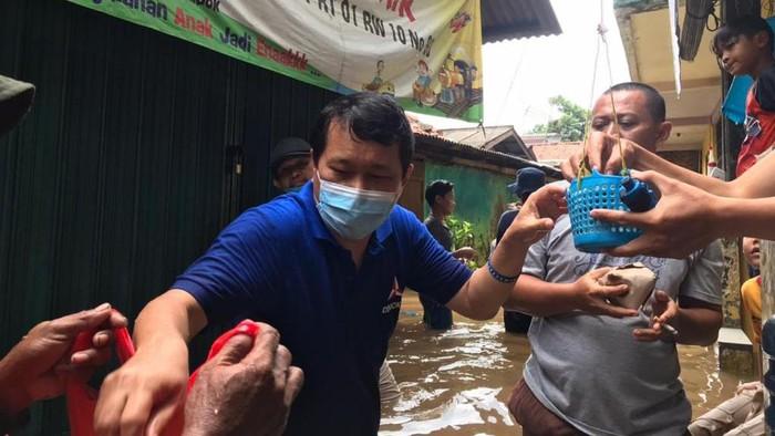 Ditengah ramainya konflik politik, kader Partai Demokrat turun langsung membantu masyarakat yang terdampak banjir di Ibu Kota. Begini potretnya.