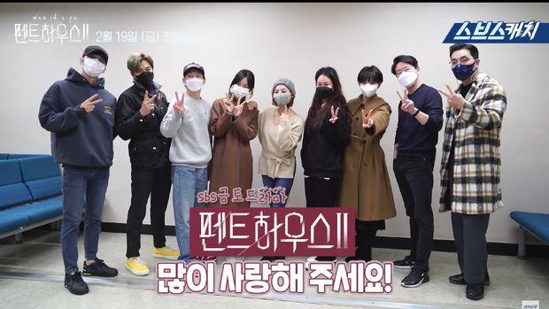 Drama Korea The Penthouse Season 2 menayangkan episode pertamanya, Jumat (19/2/2021) kemarin. Penayangan perdananya raih rating tinggi di Korea, namun masih menyisakan tanda tanya bagi penggemar. Apakah Lee Ji Ah kembali di drama Korea The Penthouse Season 2?