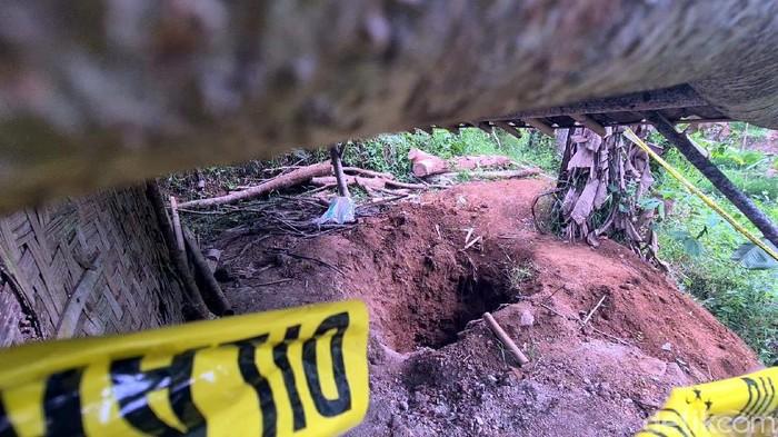 Kasinem (65) warga Kampung Cimapag, Desa Bumisari, Kecamatan Cikidang, Kabupaten Sukabumi, ditemukan tinggal tulang di lubang septic tank. Begini kondisi septic tank tersebut.