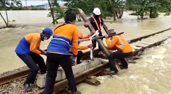 Akibat dari banjir tersebut, saat ini jalur Kereta Api dari dan menuju Stasiun Pasar Senen, Gambir, serta berbagai stasiun di wilayah Daop 1 Jakarta belum dapat dilalui dengan alasan keselamatan.