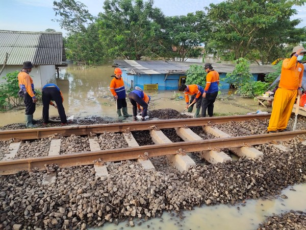 Kondisi arus banjir masih deras, sehingga perbaikan jalurkereta api pun masih belum dapat dilakukan dengan maksimal. KAI meminta maaf atas terganggunya pelayanan.