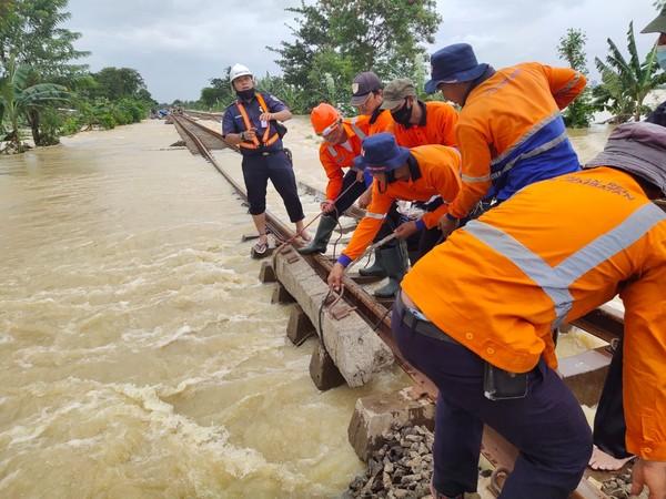 Sampai dengan pantauan pukul 13.30 WIB, kondisi jalur kereta api petak jalan Kedunggedeh - Lemahabang pada km 55+100 s.d km 53+600 masih terdampak banjir akibat cuaca ekstrim dan sungai yang meluap.