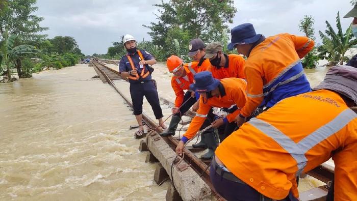 Jalur kereta api jarak jauh Jawa terkena banjir