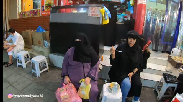 Jualan Bakso di Arab, Kedai Ini Setiap Hari Diserbu Wanita Bercadar