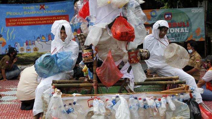 Sejumlah mahasiswa Universitas Budi Luhur, Jakarta memperingati Hari Peduli Sampah Nasional (HPSN). Mereka mengkampanyekan stop penambahan sampah plastik.