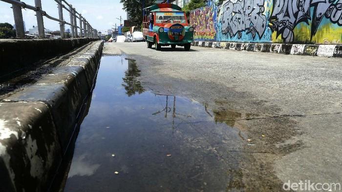 Sejak dibangun tanggul pada era Gubernur Basuki Tjahaja Purnama (Ahok) di aliran Kali Ciliwung, kawasan Kampung Pulo, Jakarta, kini tidak berdampak banjir. Begini potretnya.