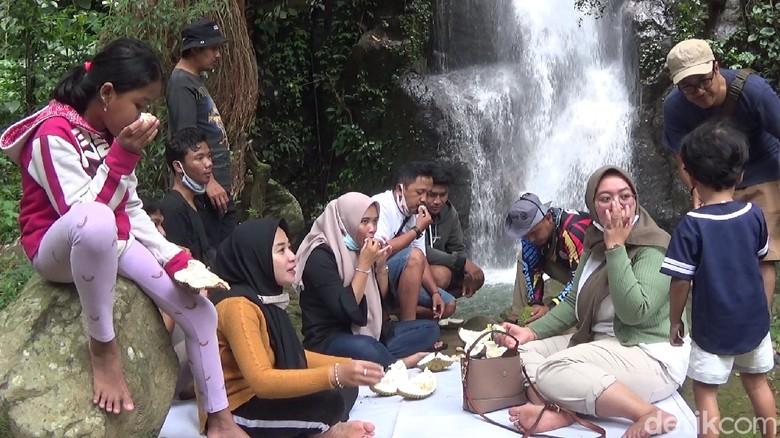 Makan durian di samping air terjun Curug Pitu Banjarnegara